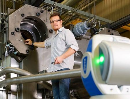 Beim Aufbau der großen Maschinen ist der Laser Tracker nahezu unerlässlich geworden